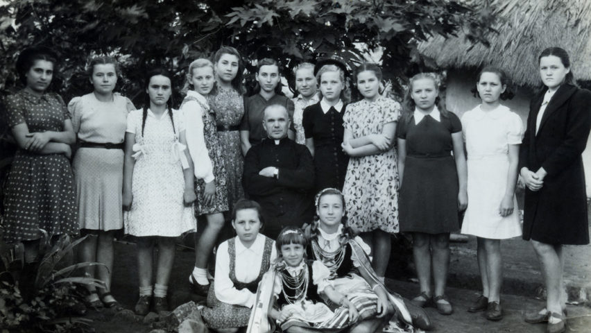 Kazia (third from the right, top row) with other Polish refugee children in 1947, Tengeru, Tanzania
